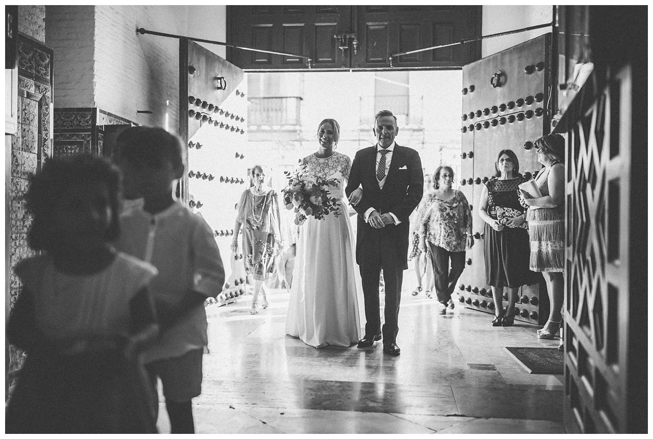 Entra la novia en la iglesia del brazo de su padre