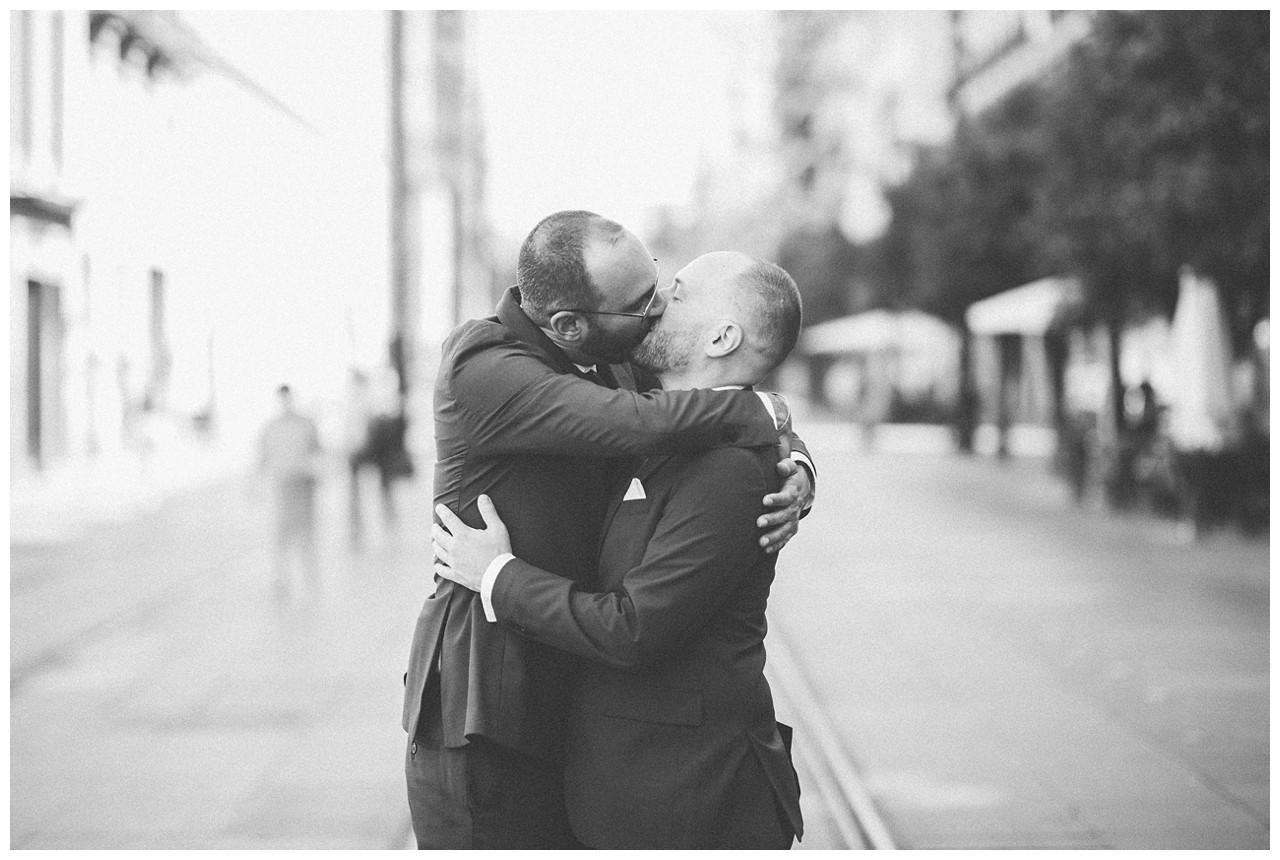 Un beso en la Avenida de la Constitución de Sevilla