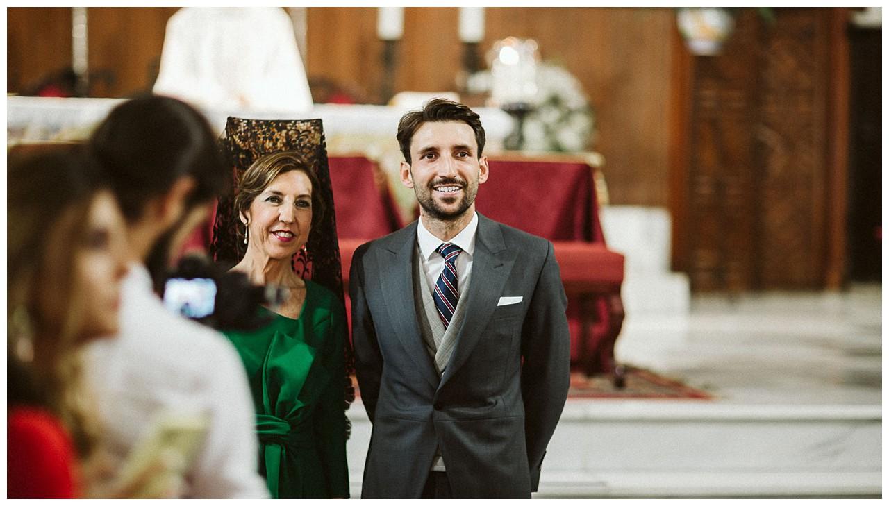 El novio mira la entrada de la novia