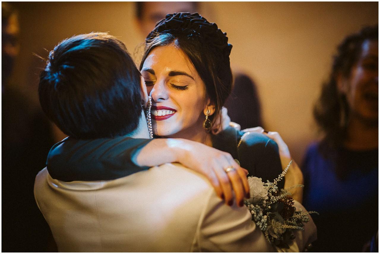 Abrazo entre la novia y su hermana