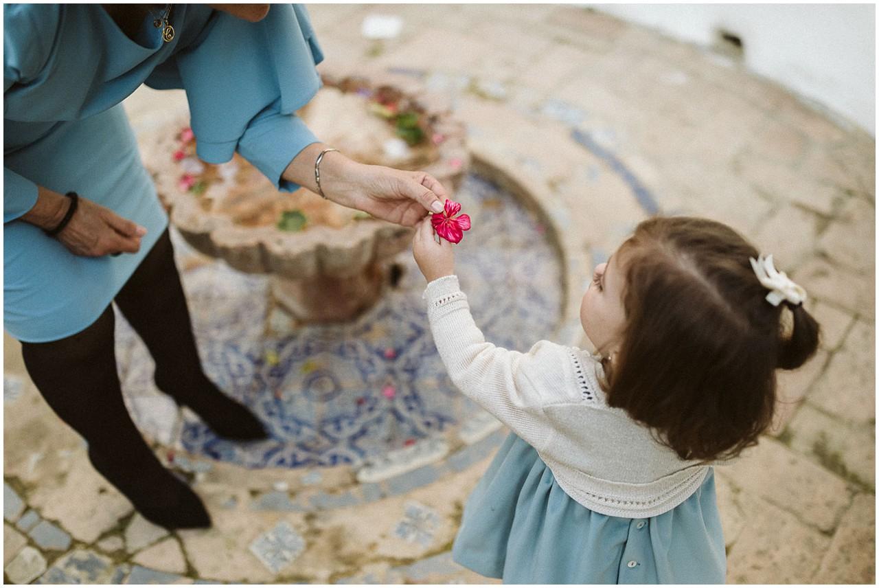 Una niña coge flores en Casa Bucarelli