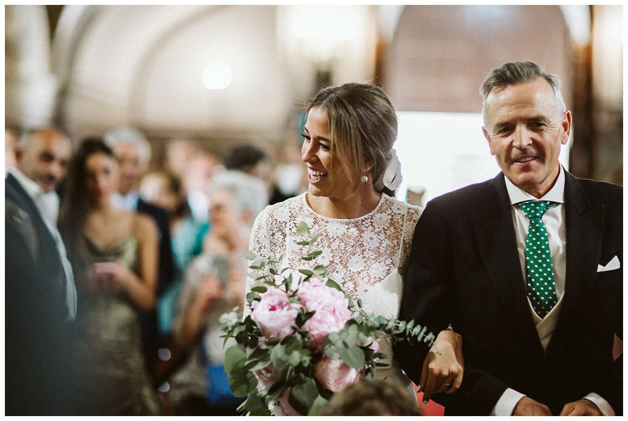 La novia recorre el pasillo De la Iglesia de los Salesianos de Triana del brazo de su padre