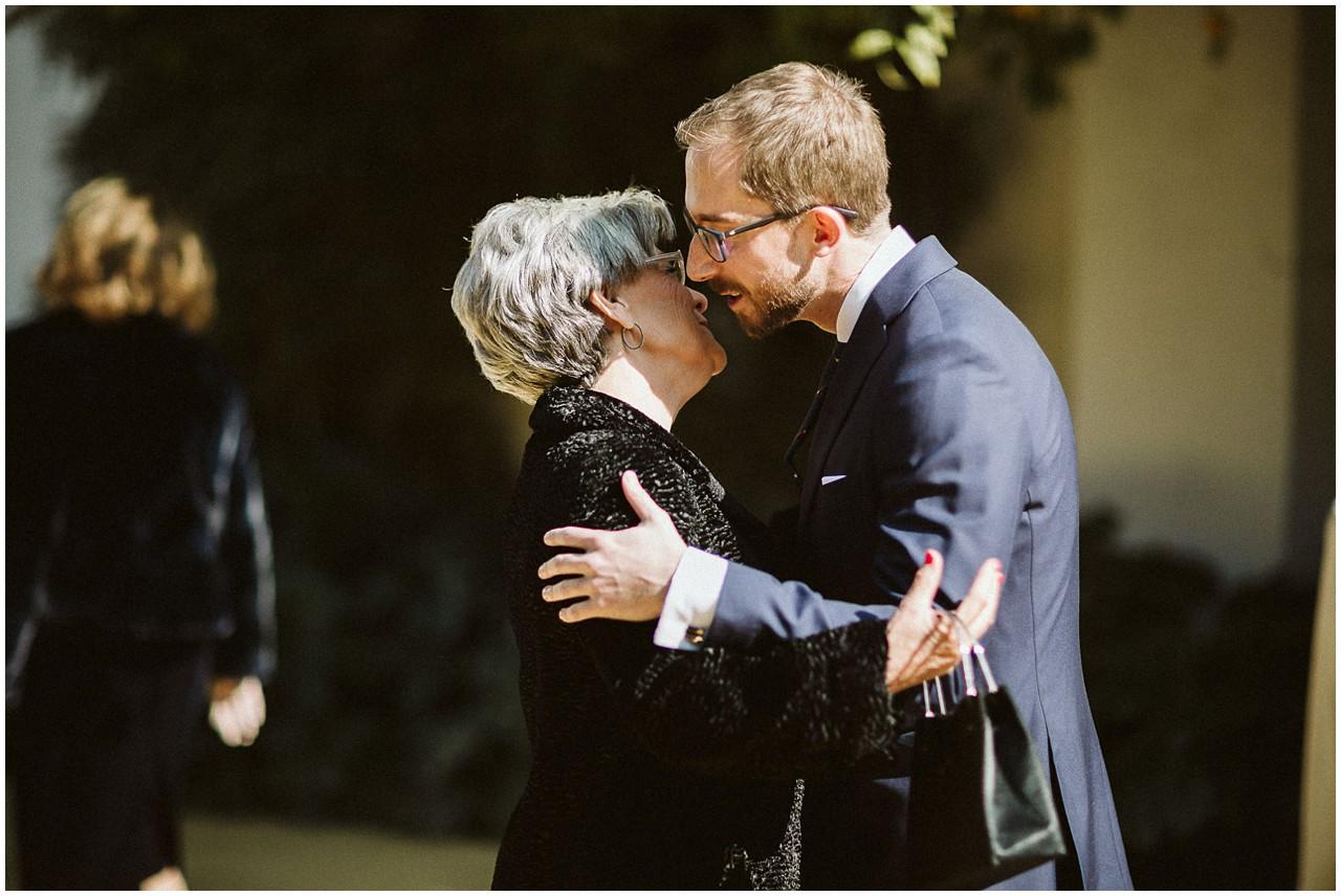 El novio besa a su abuela