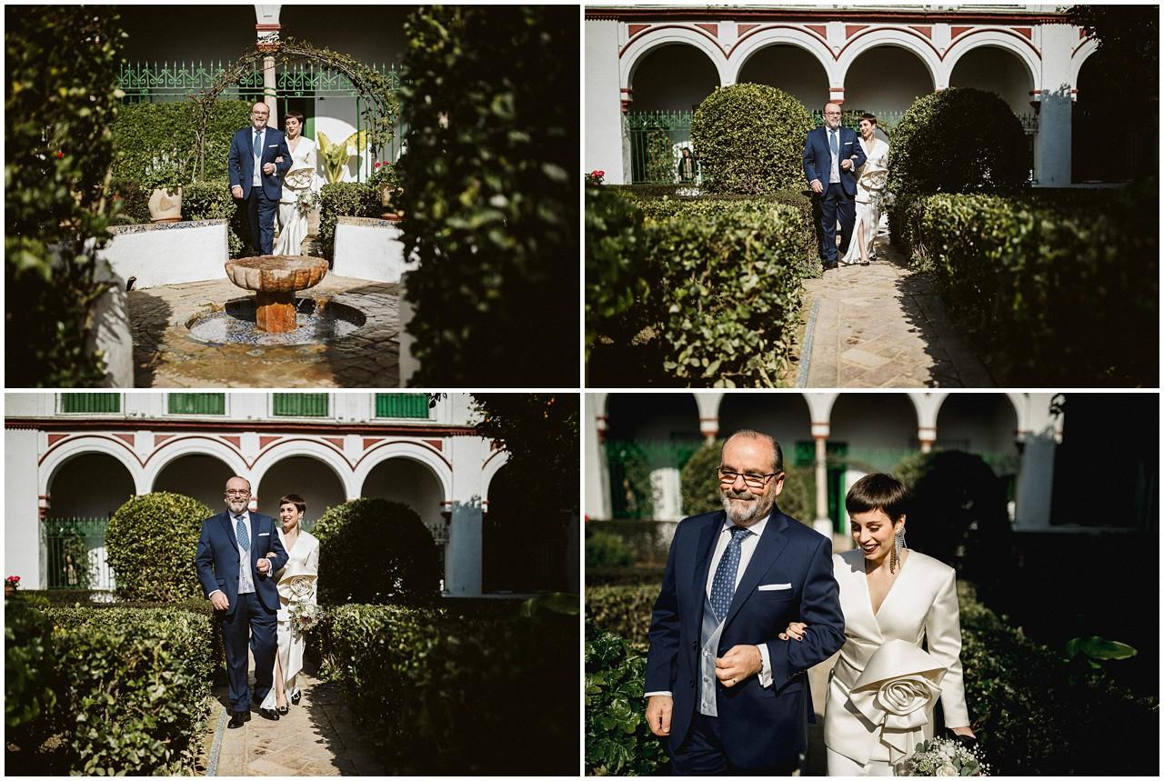 La novia se dirige al altar del brazo de su padre en Casa Bucarelli