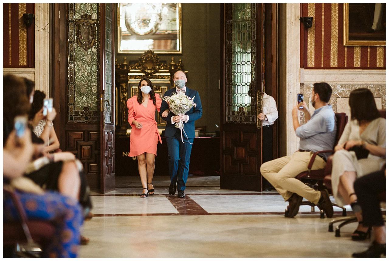 La entrada de uno de los novios al salón Colón del Ayuntamiento de Sevilla