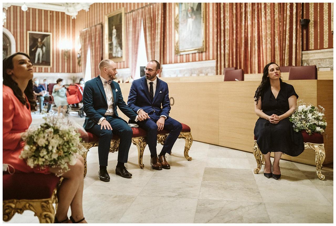 Los novios en el Salón Colon del Ayuntamiento de Sevilla