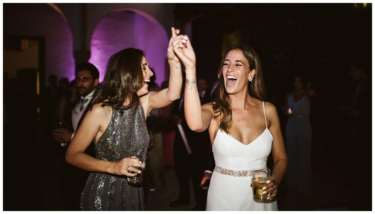 Bailan las hermanas en la boda de Irene
