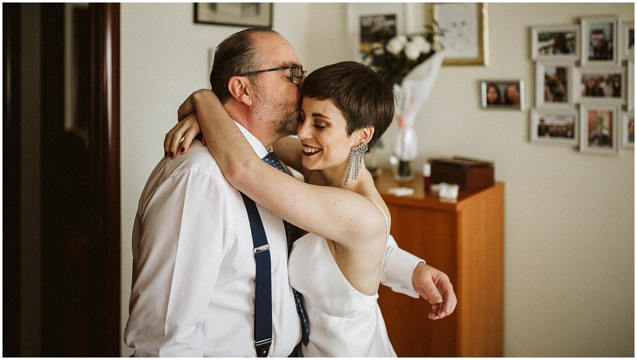 Abrazo de la novia y su padre