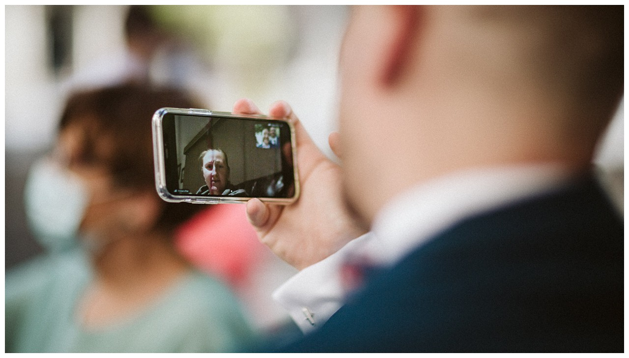 La madre del novio por vídeo-llamada asiste a la boda