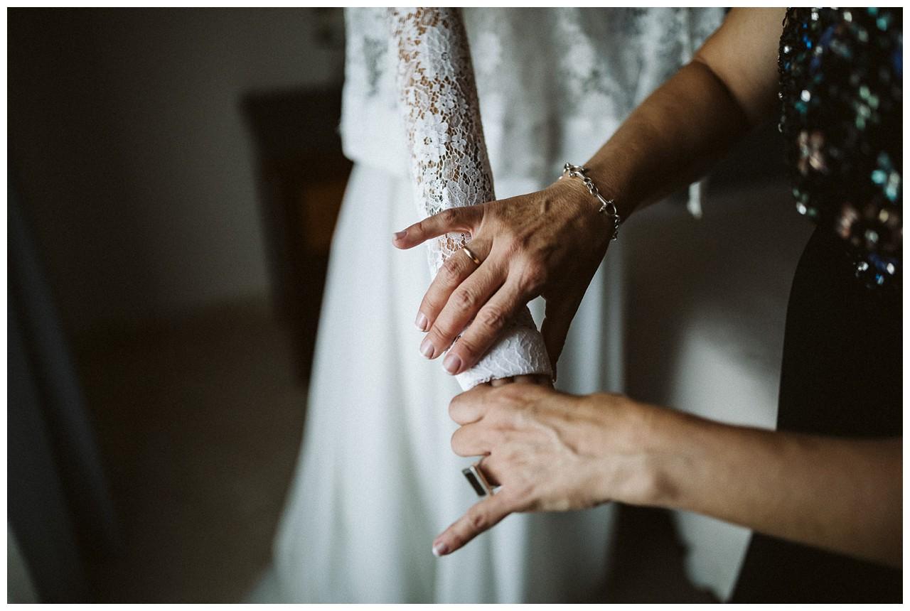 Ayudan a la novia a vestirse