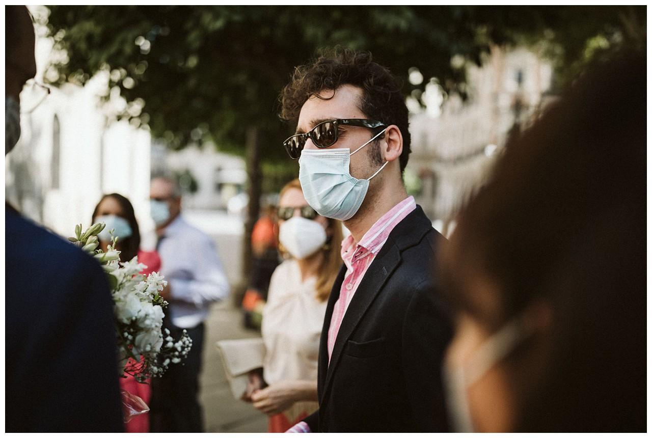 Invitados a la boda con mascarillas