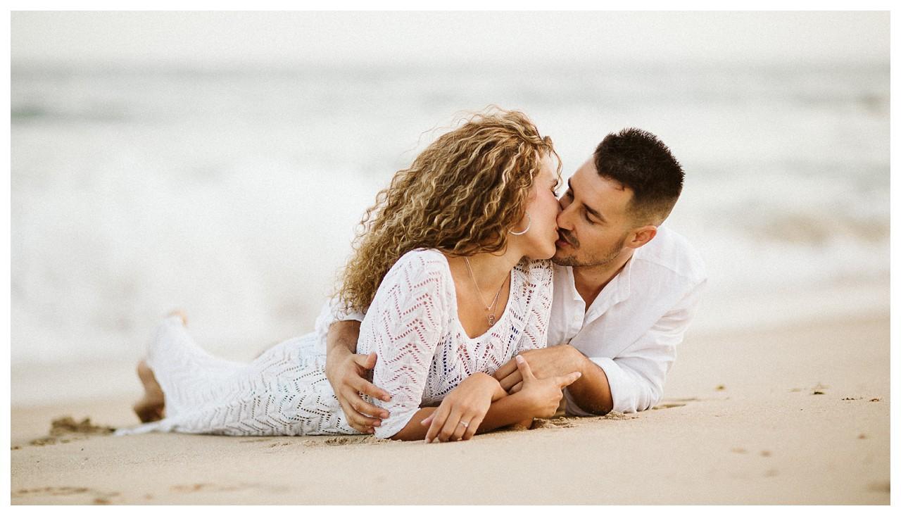 Beso de pareja en la playa