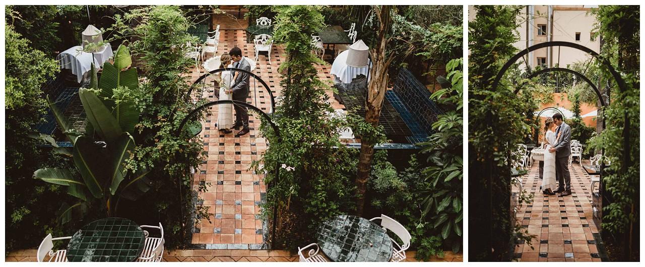 Pareja de novios en el patio de Casa Ozama