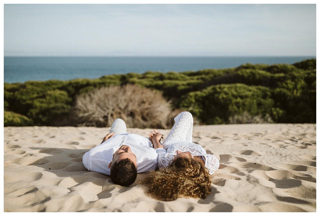 Una pareja sobre la arena de la playa